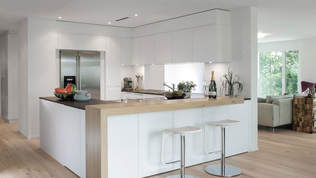 Raumnutzung in perfektion in dieser küche ist alles was man braucht in griffnähe fronten in weissem kunstharz arbeitsflächen in nero pretoria geflammt